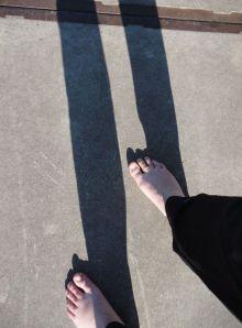 lange benen, schaduw, blote voeten