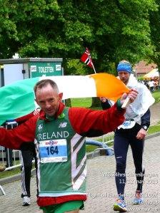 Eddie Cahill met vlag, photo by Andre Mingneau